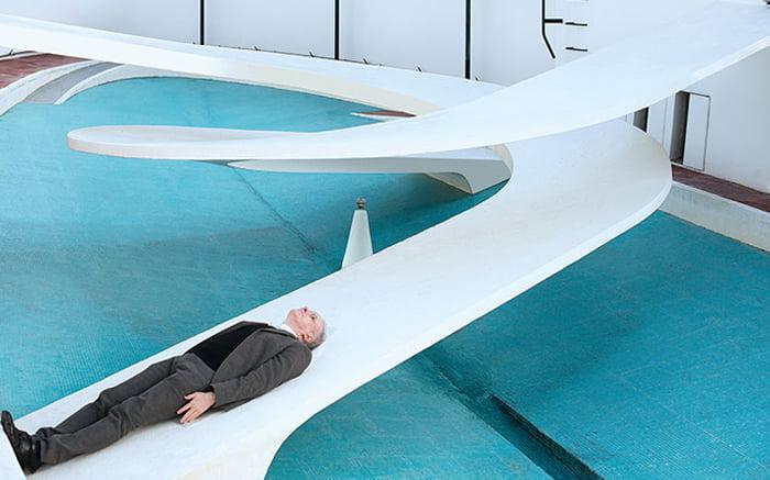 هانس اولریش بر روی اثر هنری در نمایشگاه دراز کشیده
